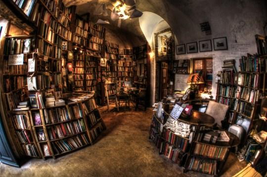 "book, Βιβλιοπωλείο ""Ατλαντίς"", Σαντορίνη"
