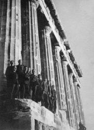 Οι Γερμανοί στην Αθήνα 27 Απριλίου του 1941, οι Γερμανοί έχουν μπει στην Αθήνα και υψώνουν την σημαία με την σβάστικα στην Ακρόπολη. Από τότε μας έχουν καθίσει στο στομάχι. Από τότε δεν μπορούμε να τους χωνέψουμε με τίποτα. Από τότε οι λέξεις «Γερμανός» και «Γερμανία» μας μοιάζουν εχθρικές. Οι σημερινοί Γερμανοί δεν μας φταίνε σε τίποτα, και πιθανά να είναι λάτρεις του Ελληνικού Πολιτισμού απ' ότι λένε, αλλά έχει μπει βαθιά μέσα μας, έχει μπει στο dna μας και έχει χαραχτεί – ότι αυτός ο λαός , αυτή η χώρα αποπνέει μια αντιπάθεια. Η Κατοχή, η πείνα, οι βασανισμοί, οι εκτελέσεις και οι λοιπές θηριωδίες των Nazi, μάλλον ενοχλούν τους σημερινούς Γερμανούς, αλλά δεν μπορούν να κάνουν κάτι να σβήσουν τις μνήμες. Επίσκεψη ανώτατων αξιωματικών της Βέρμαχτ στην Ακρόπολη. Στις 27 Απριλίου τα γερμανικά στρατεύματα εισέρχονται στην Αθήνα και ξεκινά η περίοδος της κατοχής της Ελλάδας από τις δυνάμεις του Άξονα (1941-1944). (Φώτο Συλλογή Μ.Τσαγκάρη) www.nikosonline.gr Ένα Καθημερινό magazino για την ΖΩΗ, τον ΑΝΘΡΩΠΟ και τις ΤΕΧΝΕΣ Το site ανανεώθηκε, απόκτησε νέα εμφάνιση και έγινε φιλικό προς smart phones & tablets. Προωθήστε το να τo μάθουν όλοι οι φίλοι σας… (και κοινοποιείστε όποια άρθρα σας αρέσουν). Επίσης ακολουθήστε το nikosonline στα: witter: https://twitter.com/NikosOnLineGr Instagram: https://instagram.com/nikosonline/ Pinterest: https://gr.pinterest.com/NikosOnLine/
