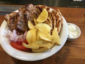 Τα καλύτερα σουβλάκια της πόλης, street food, σουβλάκι, πιτόγυρος, τζατζίκι, πατάτες, souvlaki, nikosonline.gr