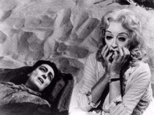 Bette and Joan: Μυθικές γυναίκες, Hollywood, Bette Davis, Joan Crawford, What Ever Happened to Baby Jane, Susan Sarandon, Jessica Lange, FEUD, ΦΙΟΥΝΤ, ΤΗΛΕΟΠΤΙΚΗ ΣΕΙΡΆ, TV SERIES, nikosonline.gr