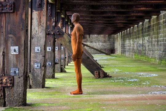 Ο μεγαλύτερος γλύπτης εν ζωή, art, Antony Gormley, Dilos, Δήλος, έκθεση γλυπτών, Άντονι Γκορμλεϊ, nikosonline.gr
