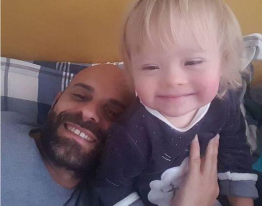 Ενας gay υιοθέτησε παιδάκι με σύνδρομο Down, Luca Trapanase, Alba, σύνδρομο Down, Λούκα Τραπανάζε, Άλμπα, nikosonline.gr