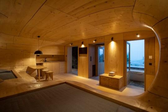 1.112 κομμάτια ξύλου, ξύλινη σουίτα, Hyades, Trikala Corinthias, Τρίκαλα Κορινθίας, Tenon Architecture, Hyades Mountain Resort, wooden-cave-hotel-room-interiors-greece, nikosonline.gr