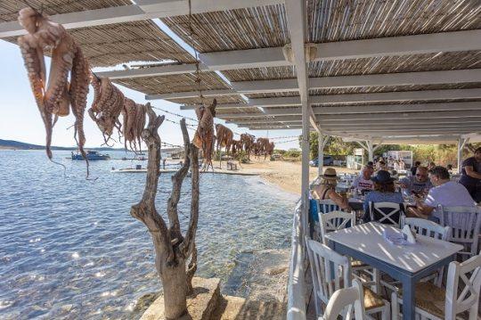 """Κυκλαδονήσι με τα όλα του, Αντίπαρος, Κυκλάδες, καλοκαίρι, διακοπές, Βουγιουκλάκη """"Μανταλένα"""", Τομ Χανκς, Greek island Antiparos, Cyclades, Tom Hanks, Sea, Summer, nikosonline.gr"""