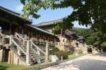 Bulguksa-Tempel mit den Treppen Yeonhwagyo und Chilbogyo (vorn) sowie Cheongungyo und Baegungyo (hinten)