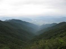 Blick vom Aussichtspunkt auf halben Weg - unten im Wald Hwaeomsa zu sehen