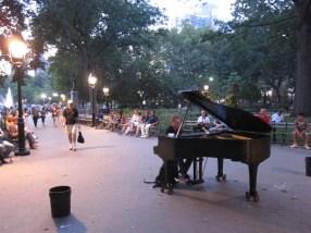 Pianomusik im Washington Square Park