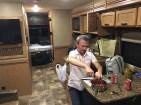 Dinner-Vorbereitung in der rollenden Wohnküche