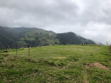 Ein Fußballfeld auf 2.800m Höhe, ohne Zaun, mit steilem Abhang an drei Seiten