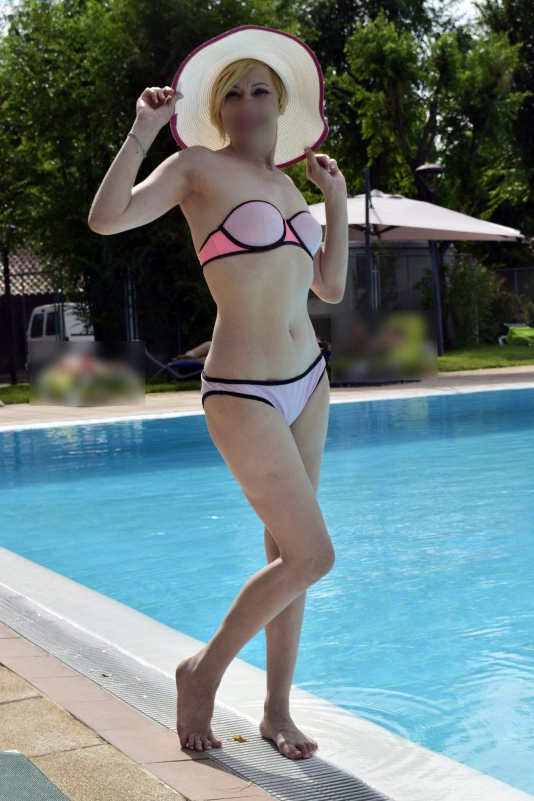 Nina Escort en bikini
