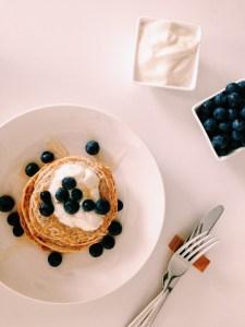 Oatmeal pancakes met kokosyoghurt, blue berries & agavesiroop