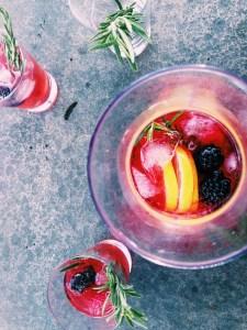 Gin cocktail met een siroop van bramen, framboos en rozemarijn