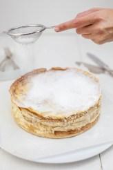 Kokos-flensjestaart met passievruchtensiroop
