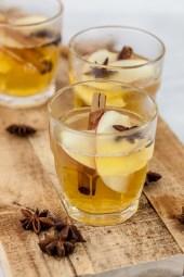Warme appeltoddy met kaneelstokjes & steranijs