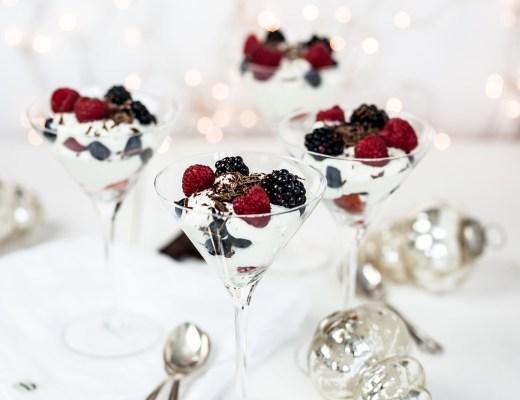 Trifle van vanille-hangop met bosvruchten & pure chocolade