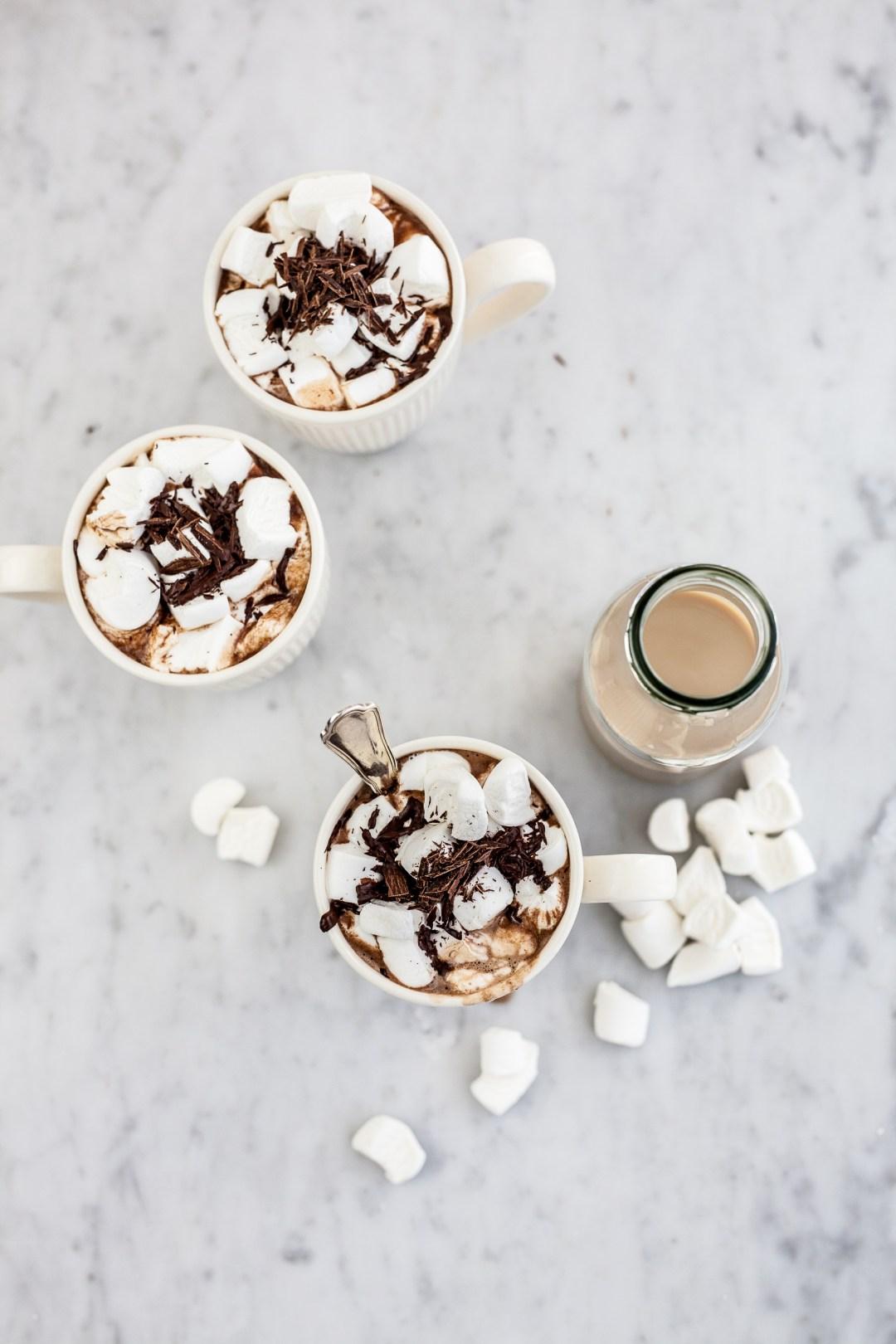 Warme chocolademelk met Baileys & marshmallows