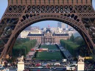 Parigi vista da sotto la torre Eiffel