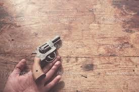 tavolo con pistola