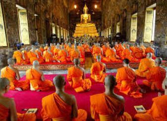 Preti buddisti in preghiera