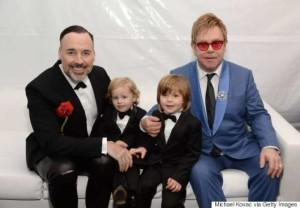 Il cantante Elton John, col compagno e i figli adottati