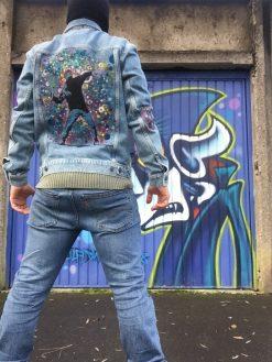 veste en jean avec custom bansky abstrait