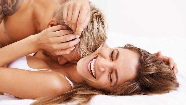 Casal feliz transando na cama
