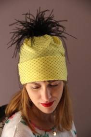 bonnet-jaune-plume-voilette-ninou-laroze
