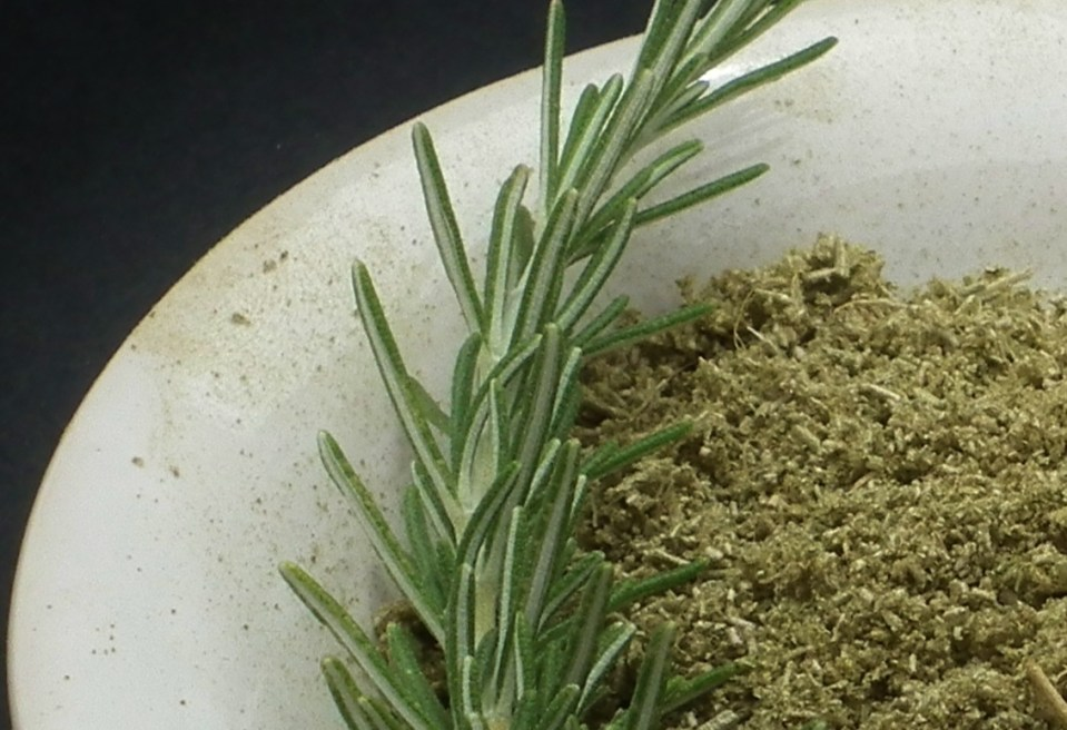 Rosemary leaves whole and ground