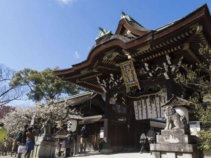 Des fleurs blanches se forment devant le Sankōmon, un bien culturel important.