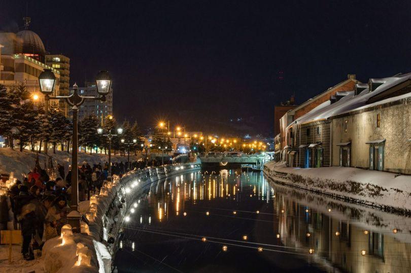 La douce lumière des lampes à gaz et la chaude lueur des bougies le long du canal.