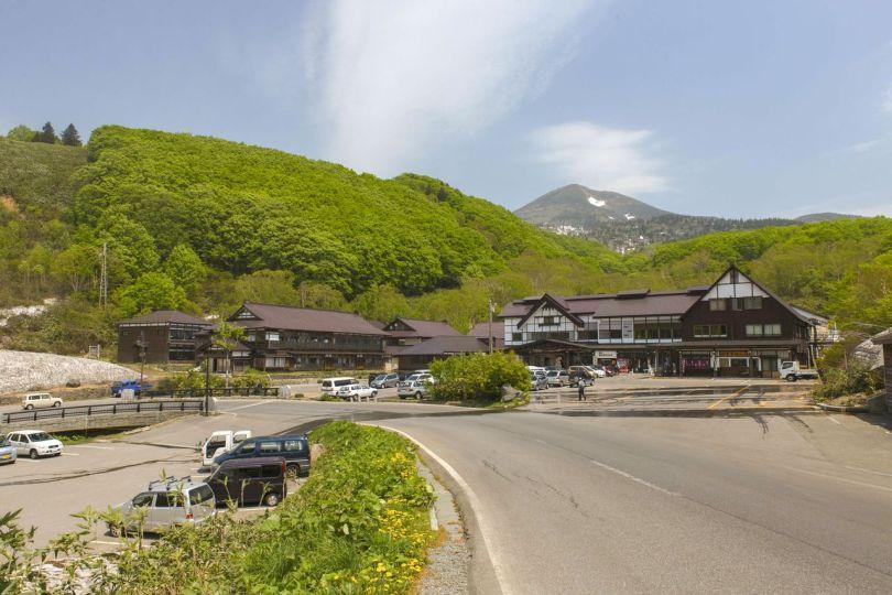 Sukayu Onsen se niche contre les forêts situées à la base du mont Také dans la chaîne de montagnes Hakkōda. (© Fédération du tourisme de la préfecture d'Aomori)