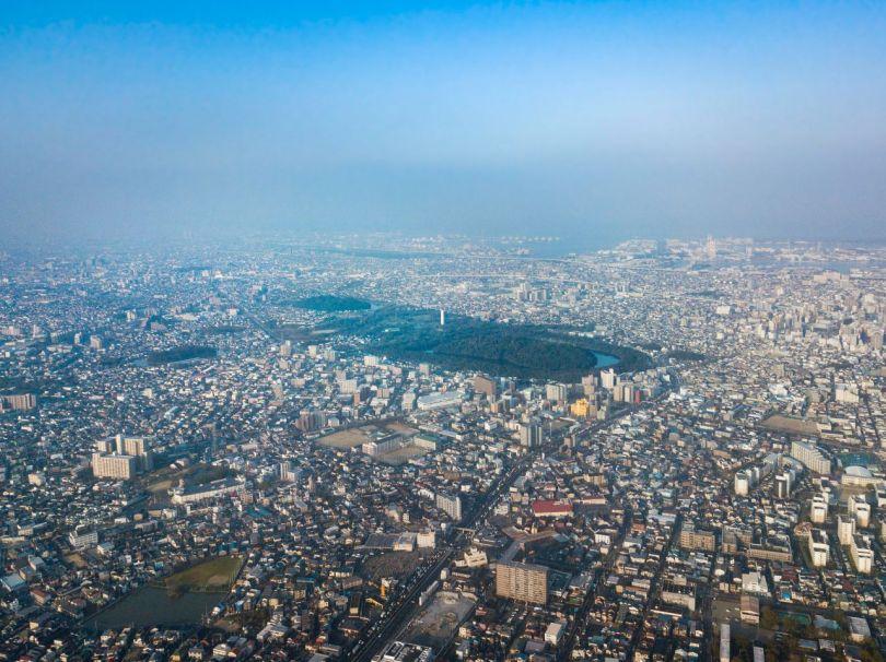 Au centre de la photo ci-dessus se trouve la tombe de l'empereur Nintoku, le parc Daisen jouxtant le terrain en haut à gauche. À l'extrême gauche se trouve la tombe de l'empereur Richū, dix-septième de la lignée traditionnelle des empereurs japonais. Les monticules funéraires d'Itasuke et de Gobyōyama sont également visibles à gauche.