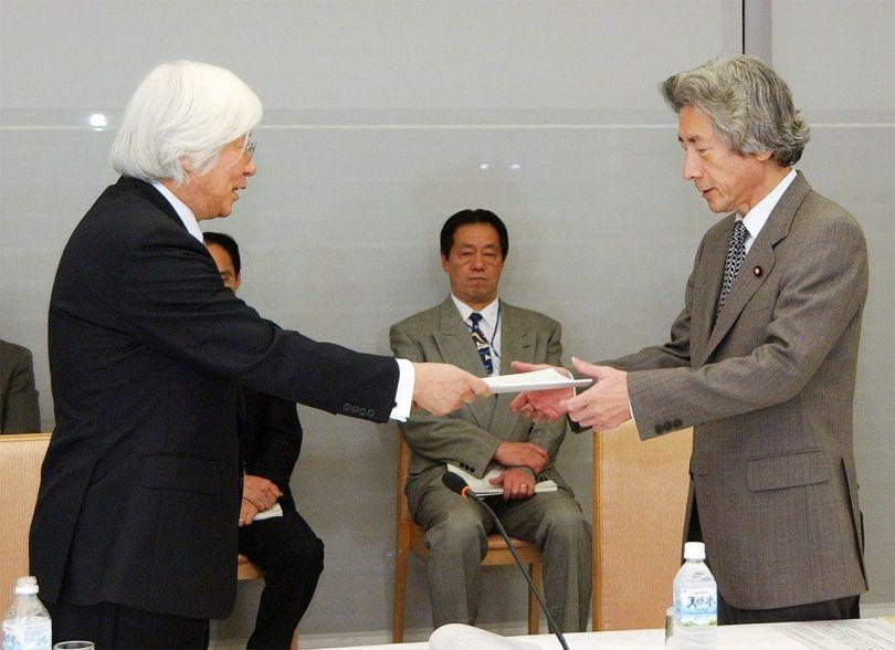 Yoshikawa Hiroyuki, chef du Conseil consultatif sur le droit de la maison impériale, présente le rapport du conseil au Premier ministre Koizumi Jun'ichirō au bureau du Premier ministre le 24 novembre 2005. (© Jiji)