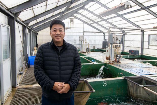 Isa Mitsunori nos muestra los estanques de invierno de su criadero.