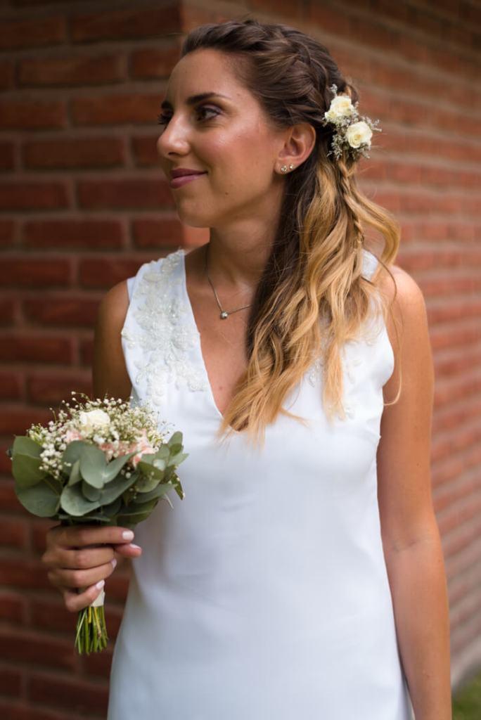 Novia con su ramo y vestido blanco