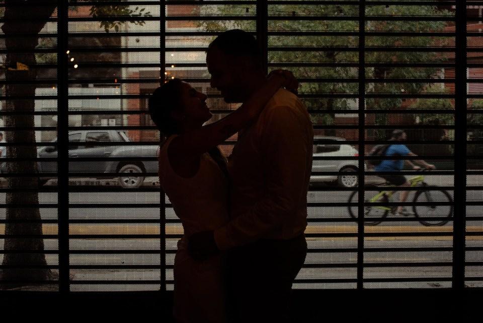 pareja silueta en el bar post civil