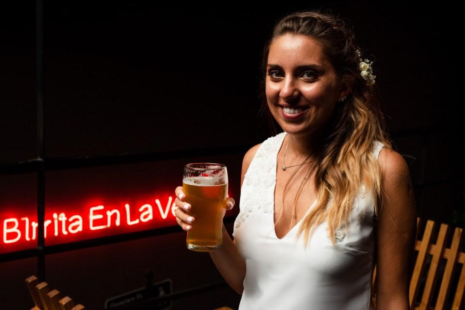 novia vestido blanco con birra
