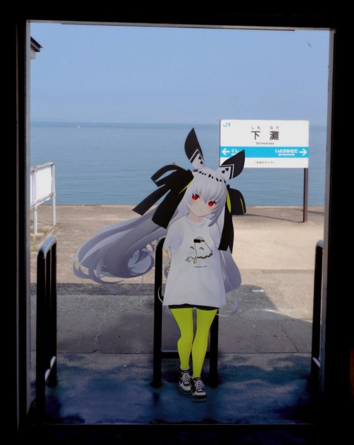 Mochi (@motimotii1) modeling Kinari-chan's VIRTUAL REALI-T vol.2 shirt at JR Shimonada Station on the coast of the Seto Inland Sea