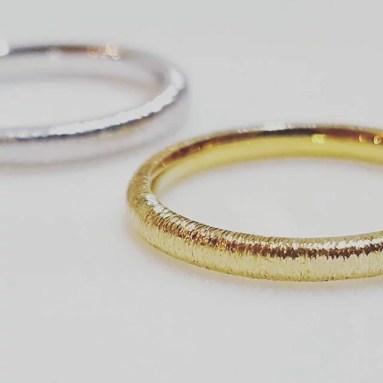 糸のようなストライプテクスチャーの結婚指輪