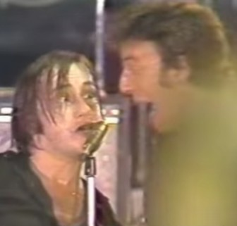 Southside Johnny and Bruce Springsteen sing together, in 1978.