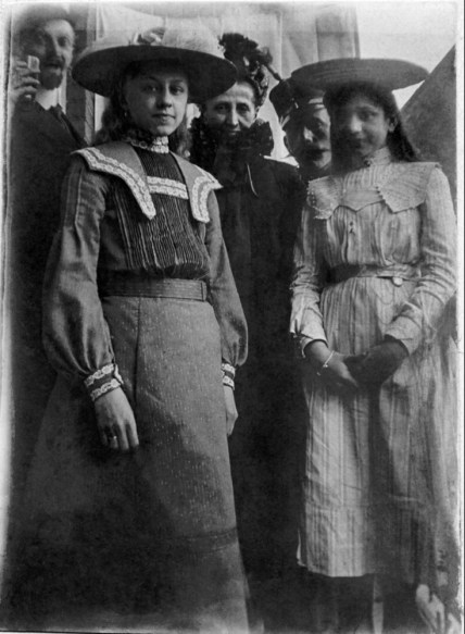 Somewhere on a street in the Netherlands, on the 11th of May 1904, sister J. W. Vonk made this picture of Dora, grandma and Anny Slierendrecht. Sister Vonk did not bother to write down the names of the two men, so they will stay anonymous for the time being.
