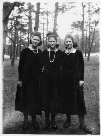Anonymous photographer, unknown country and unknown sisters. Early 20th century.