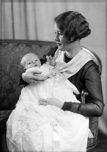 Anonymous photographer, mother and child. Unknown country, early 20th century.