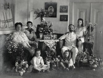 Anonymous photographer, a Dutch colonial family living in the East Indies (Indonesia), late 19th century.