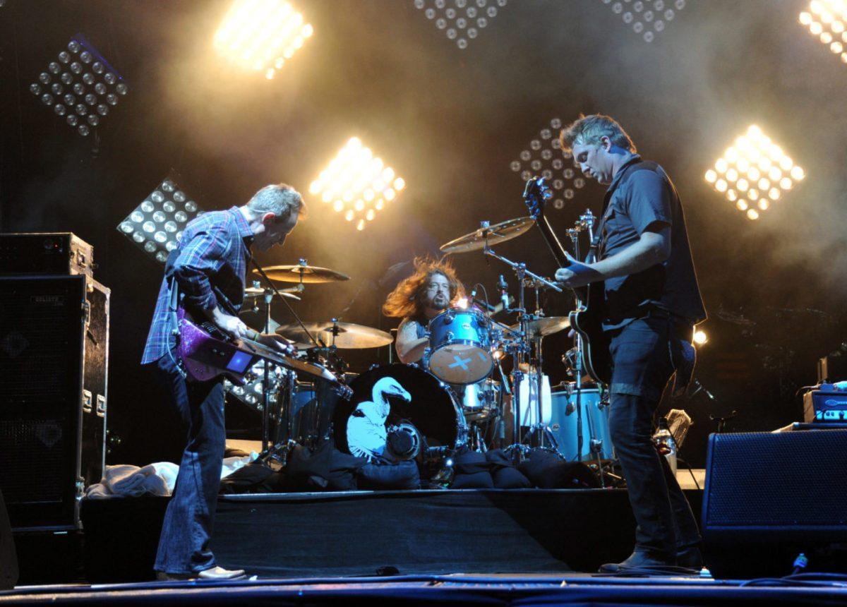 """Dave Grohl over de toekomst van Them Crooked Vultures: """"Ik hoop dat we het ooit nog een keer doen"""""""
