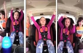 نتيجة بحث الصور عن أم تقوم بتصوير أطفالها في المقعد الخلفي للسيارة فتحدث كارثة