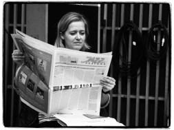 Zuhörerin, die JazzZeitung lesend