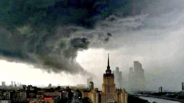 Росія: Руйнівна стихія змиває Москву під воду. Люди рятуються хто як може!