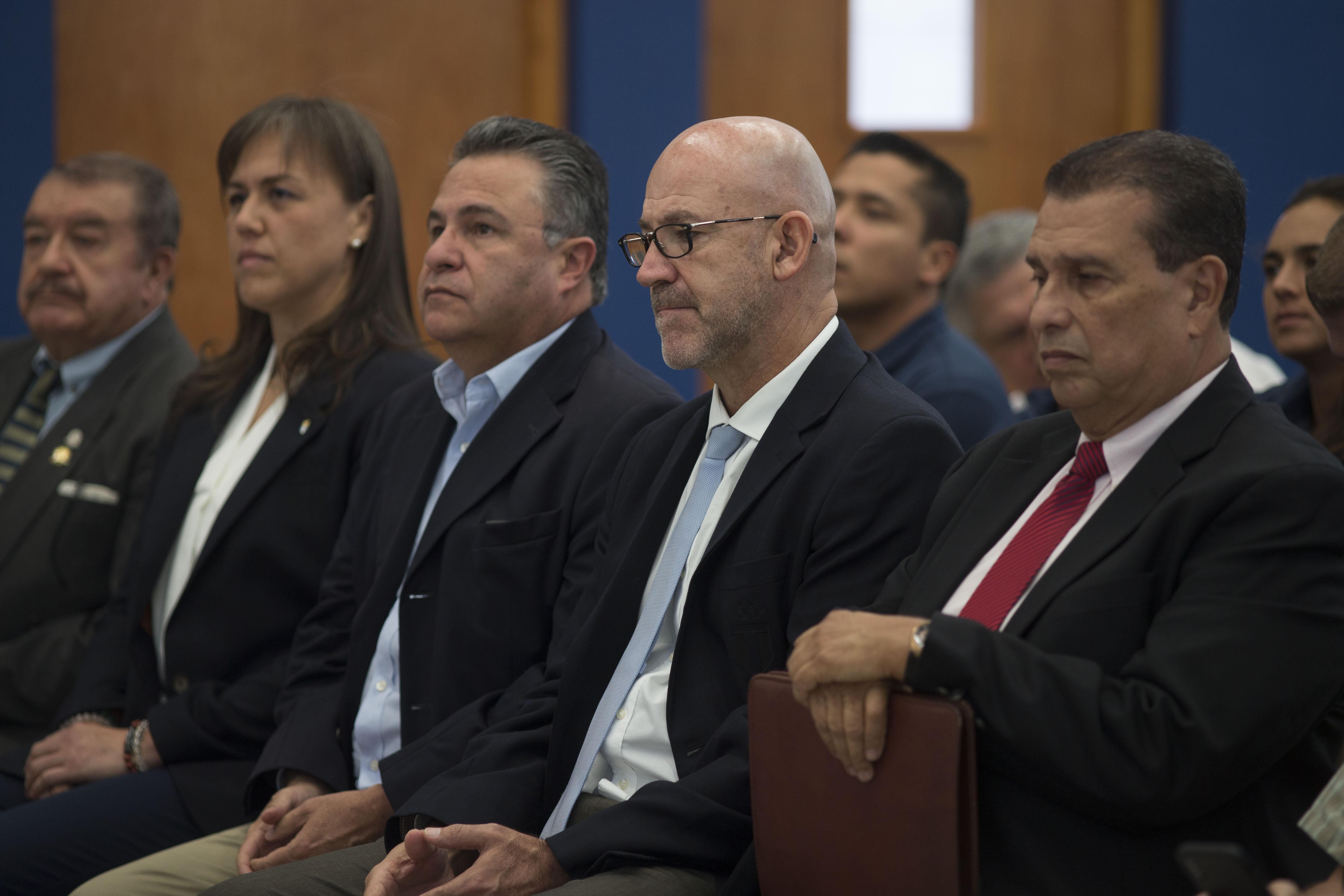 Gerardo Aguirre, presidente del COG. Dennis Alonzo, ex presidente de CDAG y otros directivos del deporte en la inauguración del centro de alto rendimiento dentro de las instalaciones de squash.