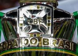 taca-de-campeao-da-copa-do-brasil-de-2013-27nov2013-1385596508773_956x500-1-638x368